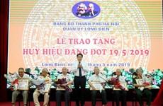 Trao Huy hiệu 70 năm tuổi Đảng tặng các đảng viên lão thành