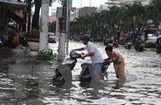 Mưa lớn khiến nhiều tuyến đường ở thành phố Bạc Liêu chìm trong nước