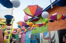 Ngắm ngôi làng rực rỡ sắc màu cầu vồng ở Indonesia