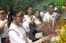 Thanh thiếu niên kiều bào dâng hương các danh nhân Việt Nam