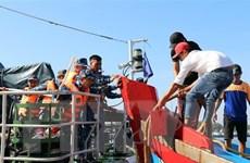 Ứng cứu an toàn sáu ngư dân trên tàu cá bị chìm ở vùng biển Trường Sa