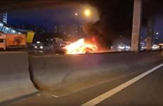 Đâm vào xe chở hàng, xe điện của Tesla bốc cháy tại Nga