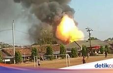 Nổ kho đạn của cảnh sát Indonesia, người dân vội vàng sơ tán
