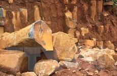 Điện Biên: Nổ mìn làm tảng đá hàng chục tấn lăn xuống Quốc lộ 279