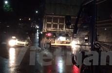 Xe 4 chỗ đấu đầu xe tải trong mưa bão, 2 tài xế may mắn thoát chết
