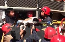 Cảnh sát cứu hỏa giải cứu 3 người bị mắc kẹt trong xe khách