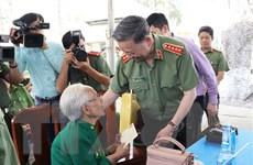 Bộ trưởng Tô Lâm tặng quà các gia đình chính sách ở Tây Ninh