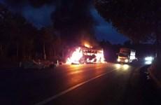 Lâm Đồng: Xe khách giường nằm nổ lốp, bốc cháy dữ dội