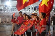 Cổ động viên Việt Nam biến Rajamangala thành sân nhà