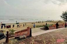 Hà Tĩnh: Khẩn trương tìm kiếm hai học sinh bị sóng biển cuốn trôi