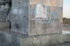 Quần thể tượng đài 16/4 bị bôi bẩn nghiêm trọng vì 'lời thề tình yêu'