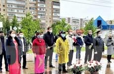 Cộng đồng người Việt tại quê hương Lenin dâng hoa mừng sinh nhật Bác