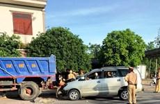Quảng Trị: Ôtô 7 chỗ tông vào đuôi ôtô tải, 4 người bị thương