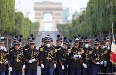 Pháp vinh danh những anh hùng trong đời thường chống COVID-19