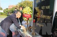 Đại sứ quán Việt Nam tại Campuchia đặt vòng hoa tại Đài Hữu nghị