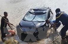 Thanh Hóa: Ôtô mất lái lao xuống sông Mã, 3 người tử vong