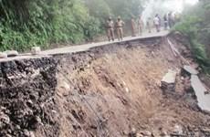 Lở đất ở Pakistan, xe khách chở 15 người bị chôn vùi dưới vực sâu