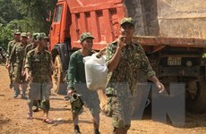 Quảng Nam: Gùi thực phẩm cắt rừng đưa tới đồng bào xã Phước Thành