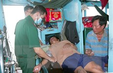 Bộ đội Biên phòng Sóc Trăng tiếp nhận 2 thuyền viên gặp nạn trên biển