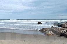 Tắm biển bất chấp cảnh báo, hai du khách bị sóng biển cuốn trôi