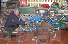 Cựu binh biến phế liệu thành xe đạp tặng học sinh nghèo