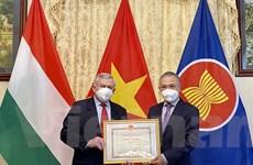 Trao tặng Bằng khen Bộ Ngoại giao cho Hội Hữu nghị Hungary-Việt Nam