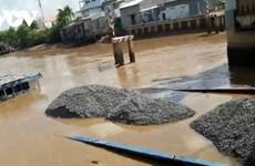 Bạc Liêu: Sà lan vận chuyển đá va chạm vào cống bị chìm