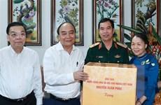 Chủ tịch nước thăm, tặng quà các gia đình chính sách tại Hà Nội