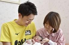 Nhật Bản sửa luật để khuyến khích nam giới nghỉ phép chăm vợ sinh con