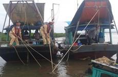 Cảnh sát đường thủy cứu sống ngư dân bị rơi xuống biển