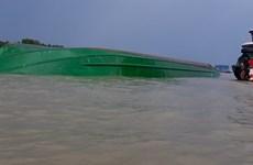 Cứu thành công 2 thuyền viên trong vụ lật sà lan trên sông Đồng Nai