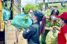 Người dân Đắk Lắk đội mưa thu hoạch nông sản chi viện vùng tâm dịch