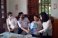 Cán bộ, chiến sỹ Vùng Cảnh sát biển 1 tặng quà các gia đình chính sách