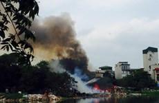 Hà Nội: Cháy dữ dội ở khu vực nhà tạm ven hồ Linh Quang