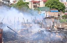 [Photo] Cận cảnh vụ cháy ở khu vực nhà tạm ven hồ Linh Quang