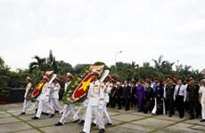 Đoàn lãnh đạo TP. HCM viếng nghĩa trang Thành phố