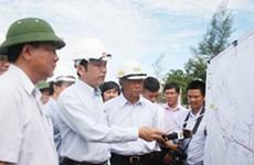 Bộ trưởng kiểm tra việc sửa chữa mặt đường tuyến tránh ở Huế