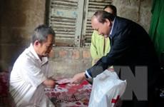 Phó Thủ tướng thăm, tặng quà các hộ nghèo, nạn nhân da cam