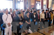 Đoàn Kiều bào dâng hương các Anh hùng, liệt sỹ ở Đền Bến Dược