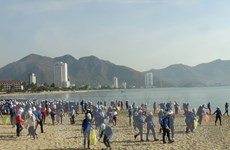 Hơn 1.000 sinh viên nhặt rác thải, làm sạch bãi biển Nha Trang