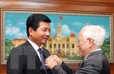 Trao tặng Huy hiệu TP Hồ Chí Minh cho Đại sứ Lào tại Việt Nam