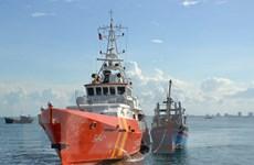 """Đưa 10 ngư dân trên tàu cá bị """"tàu lạ"""" đâm chìm về đất liền"""