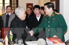 Đại tướng Ngô Xuân Lịch chúc mừng nguyên Tổng Bí thư Đỗ Mười