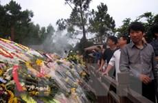 Nhiều người dân đến viếng mộ Đại tướng Võ Nguyên Giáp dịp Tết