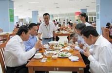 Lãnh đạo Đà Nẵng ăn cơm trưa hải sản để ủng hộ ngư dân