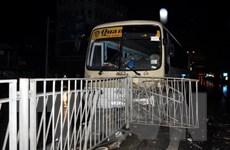 Xe khách bất ngờ mất lái khi lao xuống dốc cầu Bãi Cháy