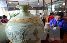 Sản phẩm gốm Chu Đậu vẽ vàng kim đặc biệt hút khách du lịch