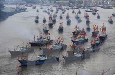 Táu Trung Quốc ào xuống Biển Đông sau khi lệnh cấm trái phép kết thúc