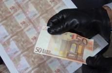 Europol bắt giữ hơn 50 đối tượng buôn bán tiền giả trên mạng