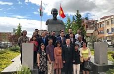 Đoàn Quốc hội Việt Nam dâng hoa tại tượng đài Bác Hồ ở Madagascar